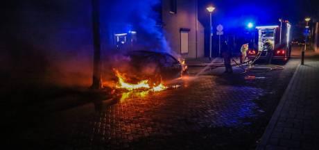 Geparkeerde auto in Helmond compleet verwoest door brand