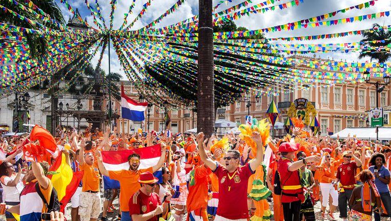 Oranjesupporters verzamelen op het Oranjeplein in het oude centrum van Salvador voorafgaand aan het WK-duel tegen Spanje Beeld null