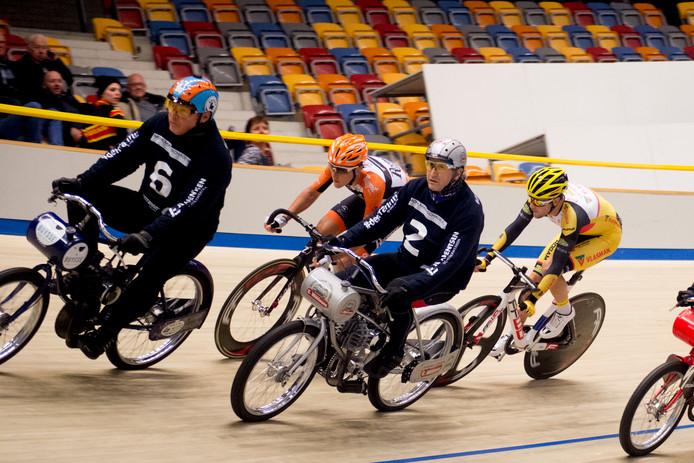 Nick van der Lijke (midden) tijdens het NK. In Erfurt pakte hij dit weekend ook de Europese titel.