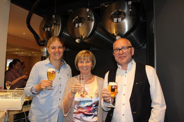 Evi, Mia en Kris voor de drie tanken bier in café Safir.