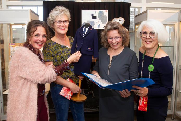 Winnaars van de ontwerpwedstrijd en Lonneke de Wit van de FashionFabriek van Phoenix; vlnr Lonneke de Wit, Marjan van de Crommert, Nellie van Eijk en Janneke Ludwig.