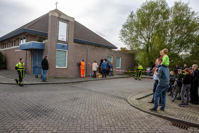Auto rijdt dwars door gevel van Emmauskerk in Bergen op Zoom