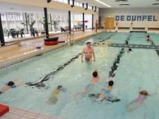 Afscheidsstunt: Velpse zwemclub vult oude bad met plastic flessen