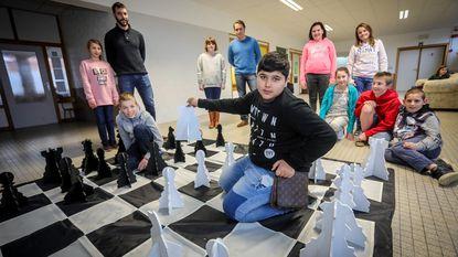 Leerlingen werken samen aan groot schaakspel