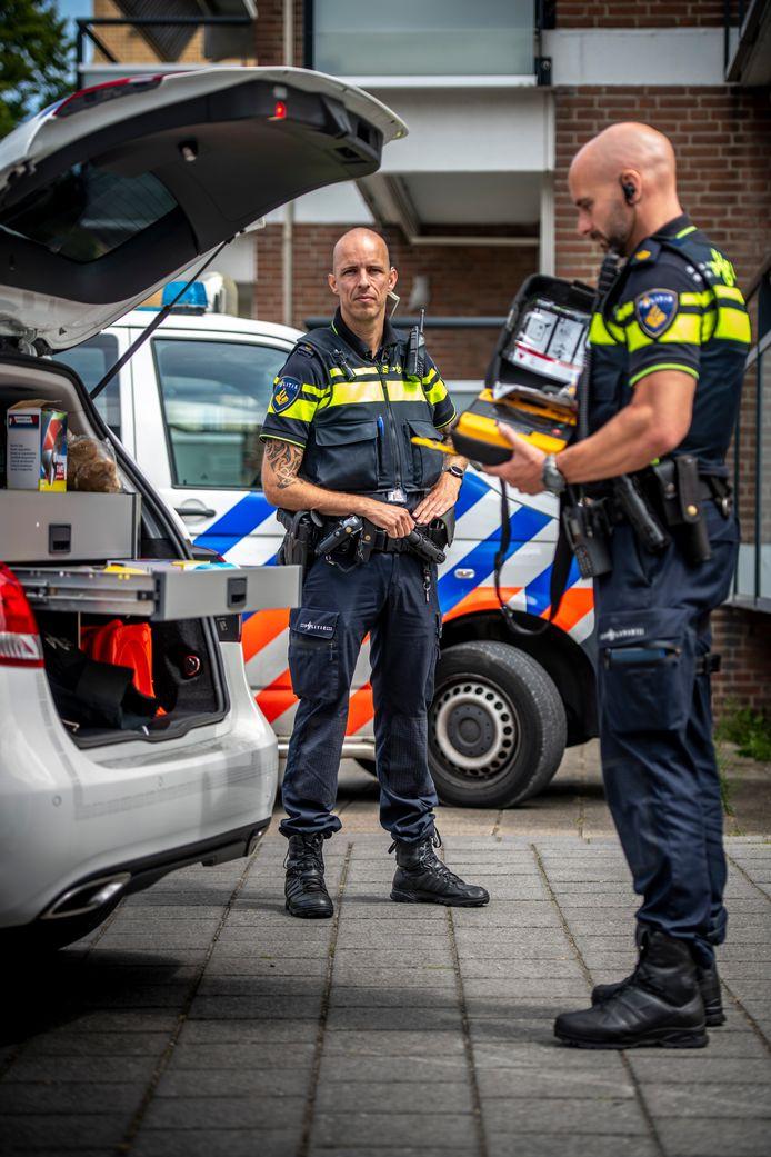 Wijkagent David Kaljouw (links) met zijn collega Operationeel expert Lex Vroomen, beiden van politieteam Walcheren.