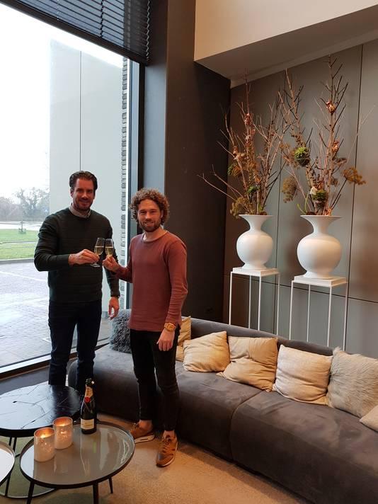 Meester Jesper (rechts) en Thijs Borgman van PM Label Group proosten op het ontstaan van Monthly Hits Records.