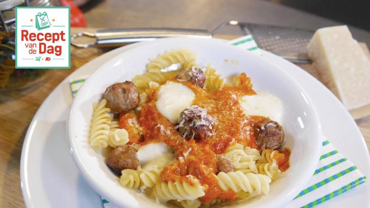 Pasta surprise (pasta met gehaktballetjes en mozzarella)