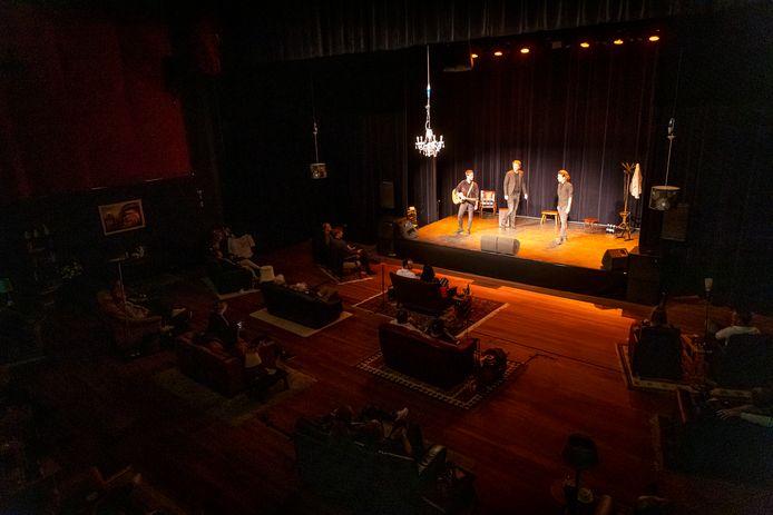 Cabaretgroep Jeroens Clan treedt in intieme setting op in theater de Kattendans in Bergeijk.