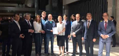 Petitie voor veiligere N59 overhandigd in Den Haag
