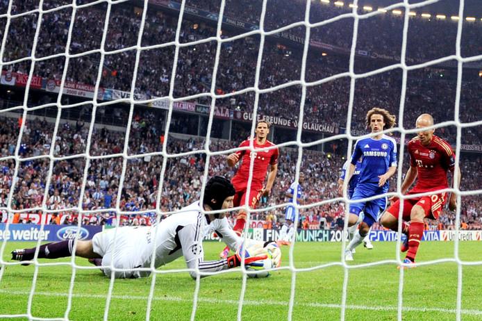 Chelsea-keeper Petr Cech stopt de strafschop van Arjen Robben (r) in de verlenging van de finale van 2012.
