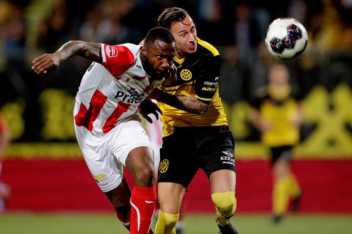 TOP-verdediger Lorenzo Piqué houdt topscorer Mario Engels van Roda JC van zich af.