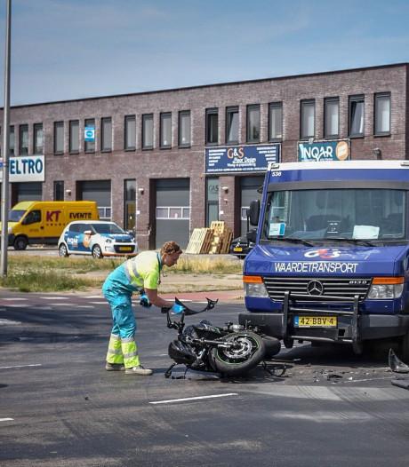 Waardetransport botst op motor in Alphen
