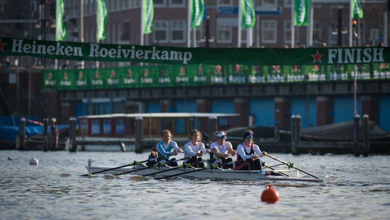 De dubbelvier bij de vrouwen in actie op de Amstel, tijdens de Heineken Vierkamp. Beeld Merijn Soeters