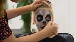 Halloween make-up: tover zelf je kind om tot een skelet in 5 stappen
