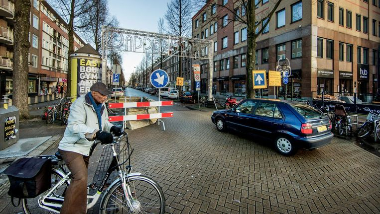 De Eerste Van Swindenstraat krijgt een eenrichtingsweg. Er wordt nu getest welke rijrichting de beste is. Beeld Jean-Pierre Jans