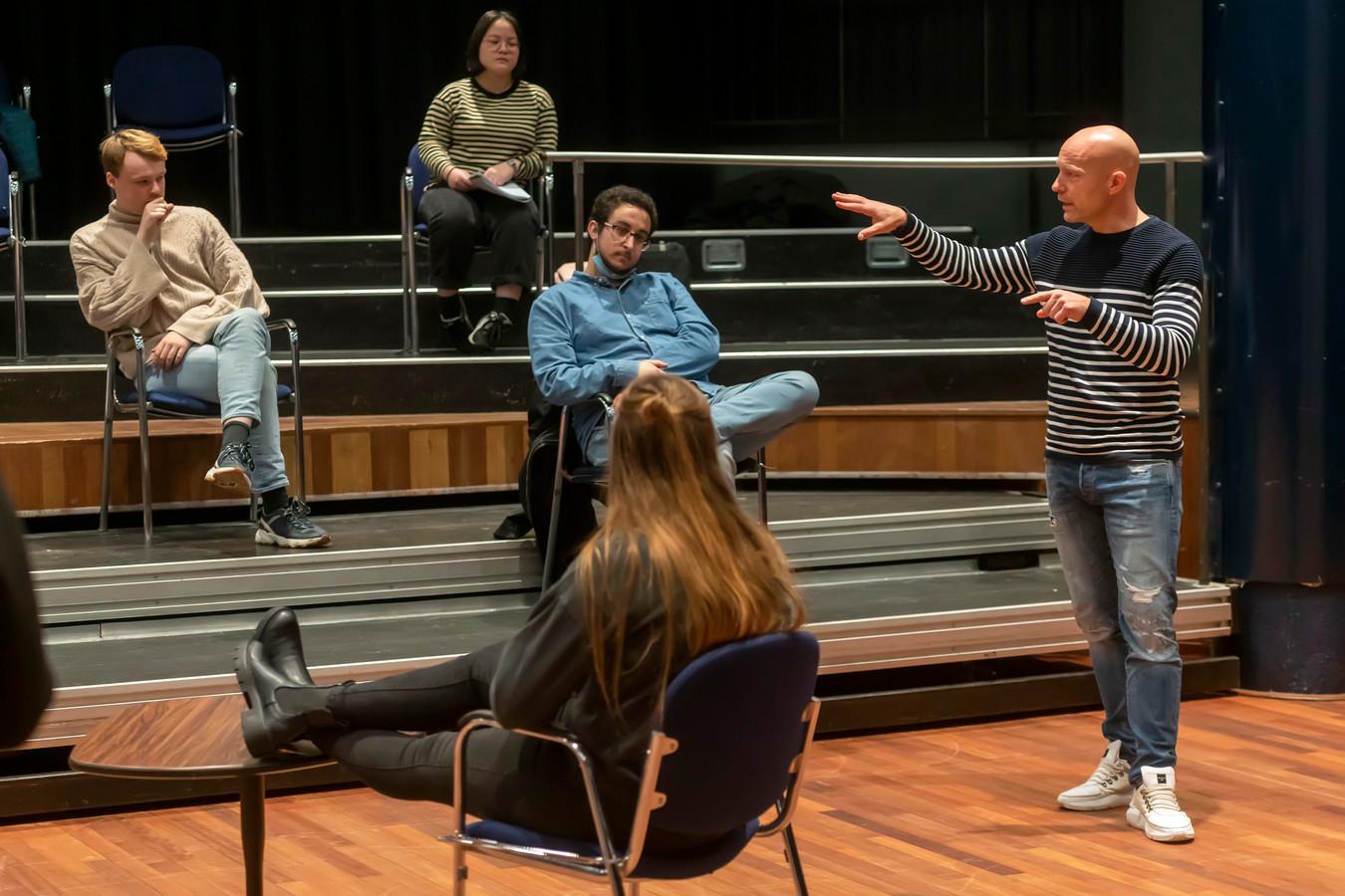 Cabaretier Jochen Otten geeft les in de schouwburg
