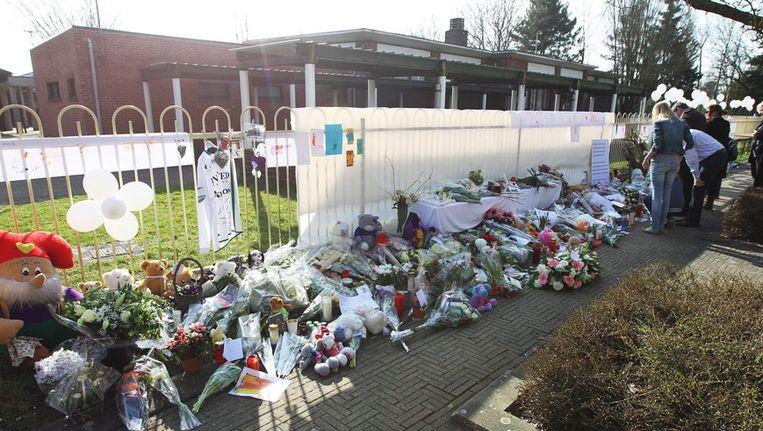 Bloemen en knuffelbeesten voor de slachtoffers van de busramp bij het gemeentehuis in Lommel. Beeld epa