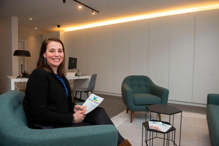 Kathleen Bogaerts in haar kantoor in de Kapelstraat in Hove. Ze heeft jarenlang in de farmaceutische sector gewerkt en voert momenteel nog onderzoek in de farmacie.