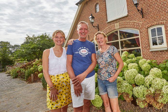De familie Meiland voor hun nieuwe woning in Hengelo: Maxime, Martien en Erica (vlnr).