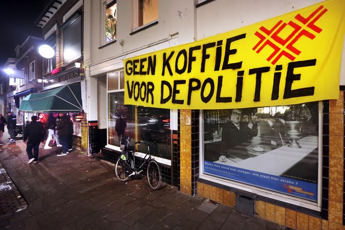 NAC-fans die de wedstrijd tegen VVV-Venlo volgden in Café Het Hollandsch Koffiehuis aan de Haagweg in Breda hingen een spandoek aan de naastgelegen gevel gehangen om hun onvrede te uitten over de gang van zaken rondom uitbater John Bogers.