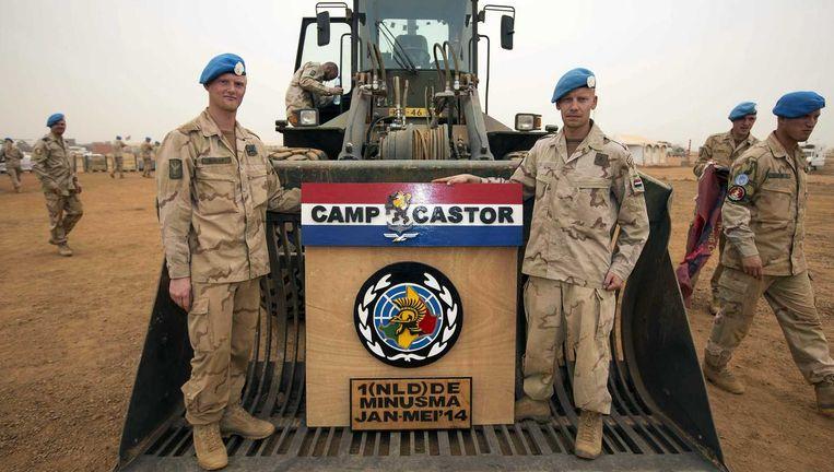 Nederlandse militairen met het wapen van kamp Castor Beeld anp