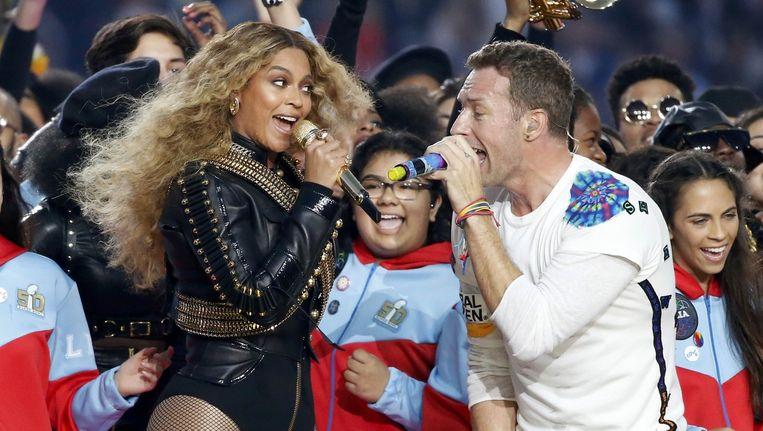 Beyoncé en Chris Martin traden op tijdens de Super Bowl Half Time Show. Beeld reuters