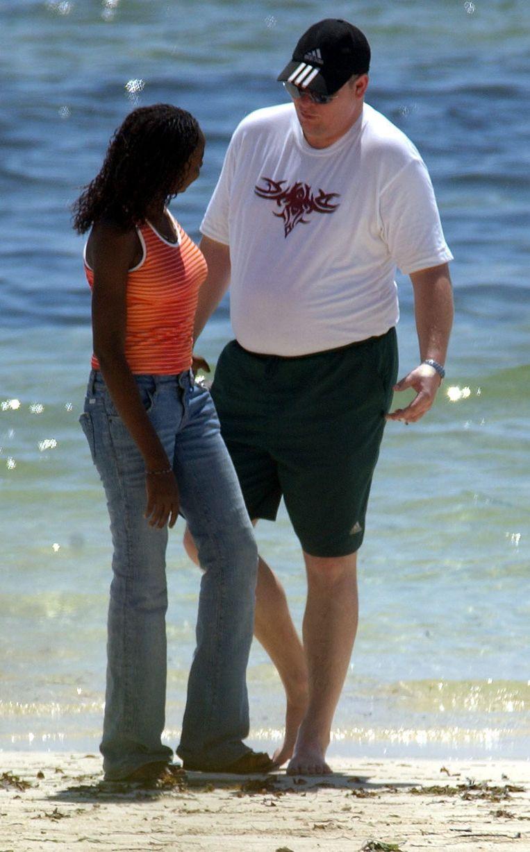 Een toerist op een Keniaans strand met een veel jonger Keniaans meisje. (archiefbeeld, 2005).