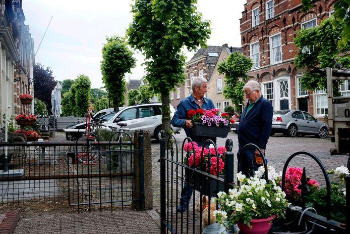 Piet de Joode (links): ,,Kwajongens verplaatsen soms mijn bloembak.''