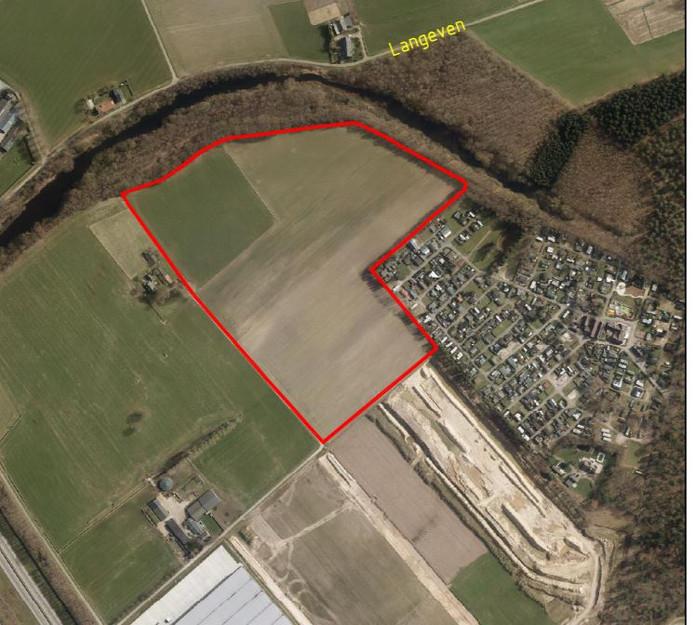 De rode omlijning markeert de locatie waar het zonnepark in Heijen gepland is. Rechtsonder camping De Schaaf, linksonder de hallen van Arvato Logistics.