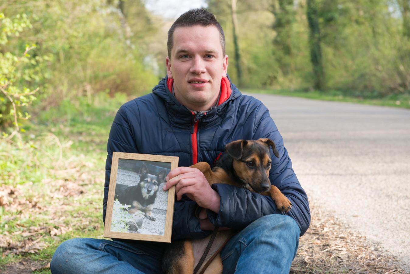Erik de Weerd met zijn nieuwe pup en de foto van zijn doodgebeten hond op de plek waar het gebeurd is.