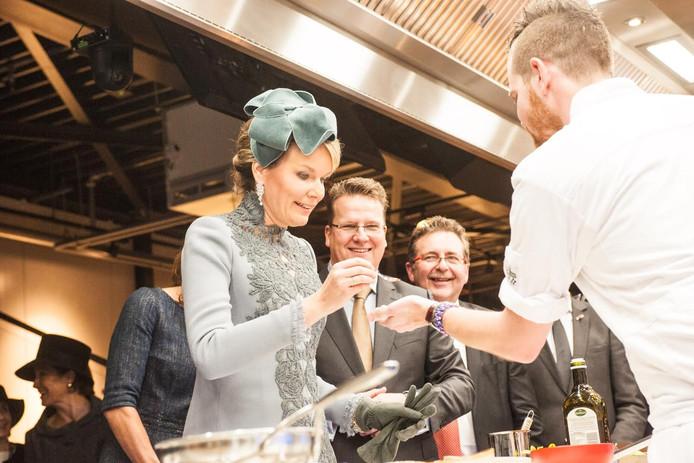 Koningin Mathilde proeft van de creaties van jonge chefs.
