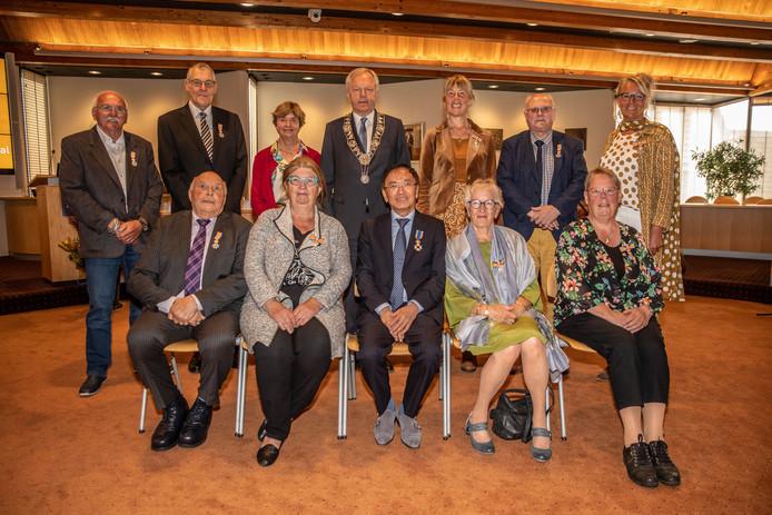 De elf decorandi met burgemeester Henk Jan Meijer.