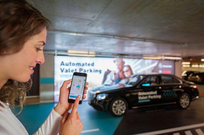 De Mercedes E-Klasse rijdt vanuit de garage vanzelf weer naar je toe, nadat je hem per app hebt opgeroepen