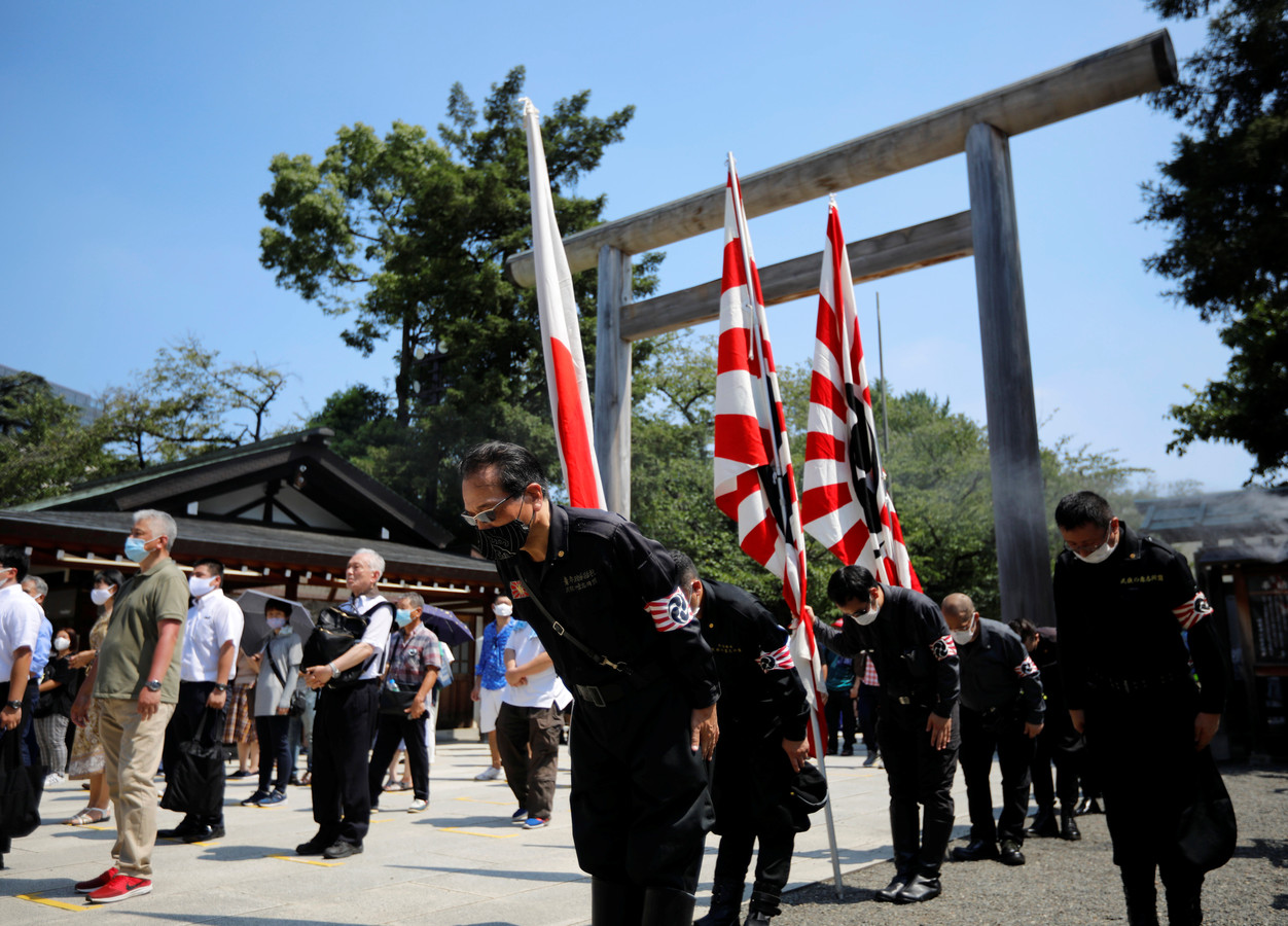 Bij de herdenking van de 75-jarige capitulatie van Japan in de Tweede Wereldoorlog bij de Yasukuni-tempel waren ook rechtse groeperingen in militair uniform aanwezig.