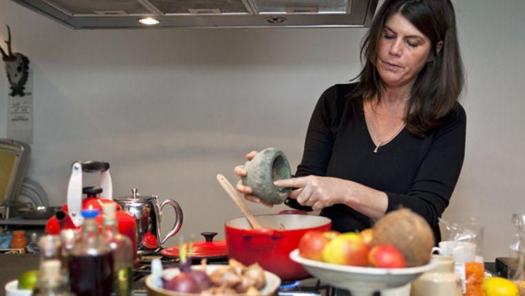 Het is niet geheel duidelijk waar Yvettes keuken ophoudt en de rest van het huis begint. Beeld Marc Driessen