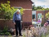 Meneer La Haye (84) geniet van zijn tuintje in Helmond, dat zijn buren voor hem hebben aangelegd