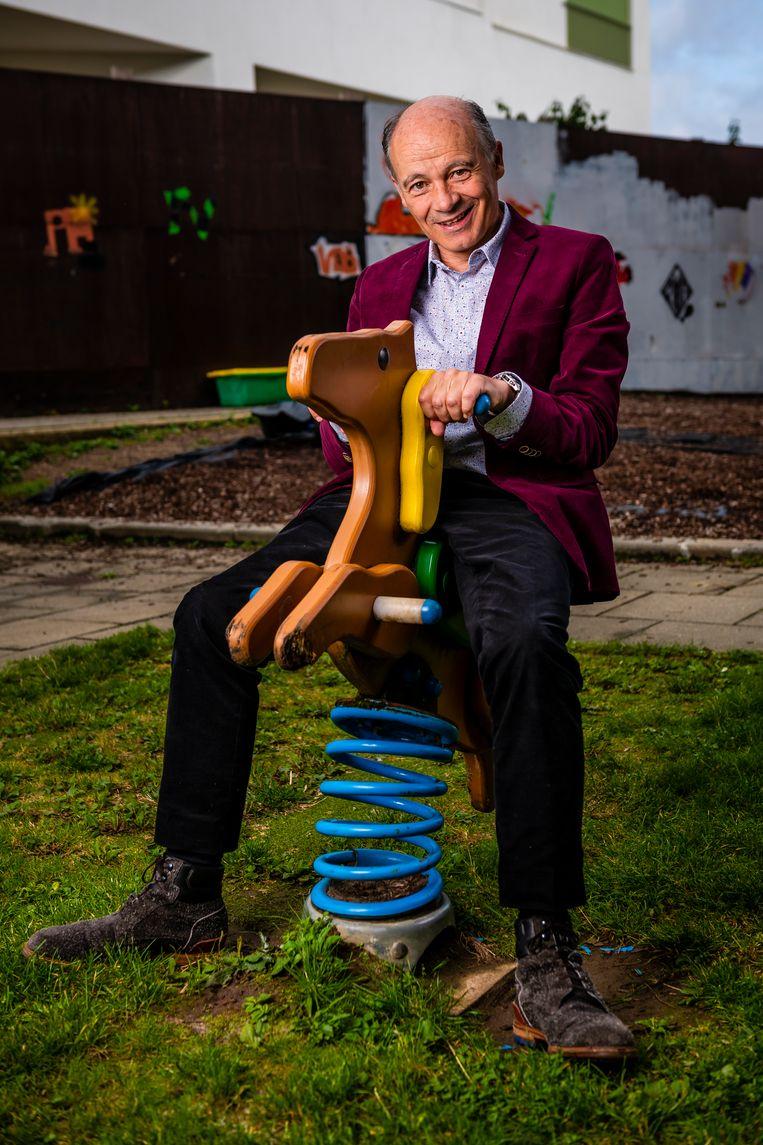 Peter Adriaenssens test de speeltuigen uit in de tuin van Gasthuisberg. Volgende maand neemt hij er na 35 jaar afscheid.
