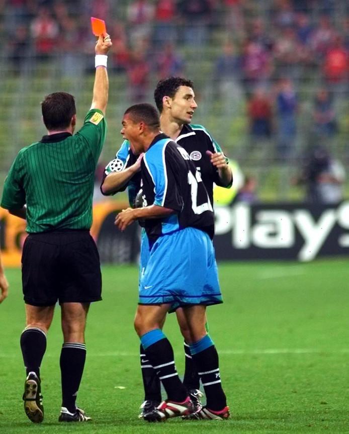 Wilfred Bouma is woedend op de scheidsrechter nadat Mark van Bommel rood krijgt. De PSV'er kreeg de kaart nadat hij Lothar Matthäus een duwtje gaf omdat die de bal wegtrapte om tijd te rekken. De Duitser ging gretig naar de grond, Van Bommel mocht vertrekken.