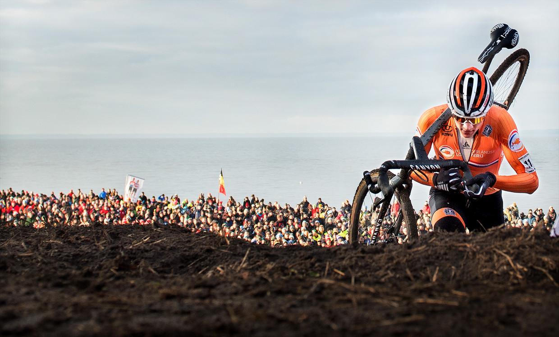 Mathieu van der Poel tijdens zijn klim naar de wereldtitel.