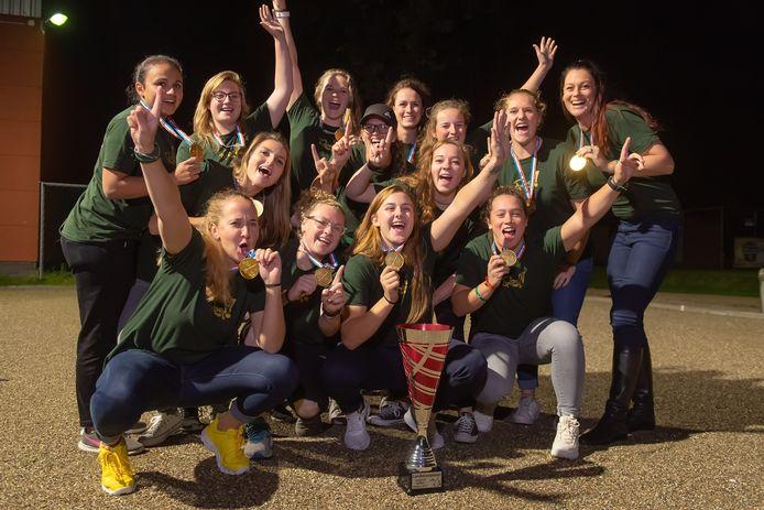 De softbaldames van Roef! uit Moergestel vieren het landskampioenschap.