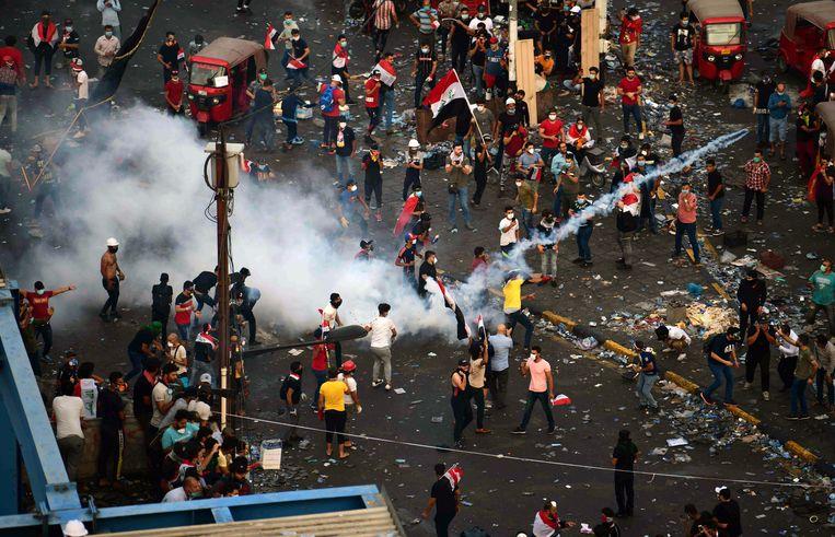 Iraakse demonstranten gooiden gisteren traangas terug naar de oproerpolitie in Bagdad.