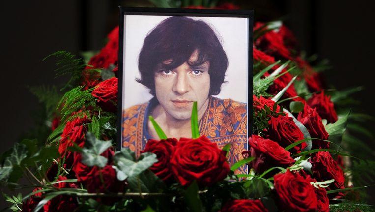 De kist met daarin het lichaam van Shaffy kort na zijn dood in 2009, in theater Carré Beeld anp