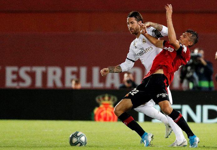 Sergio Ramos in duel met Ante Budimir.
