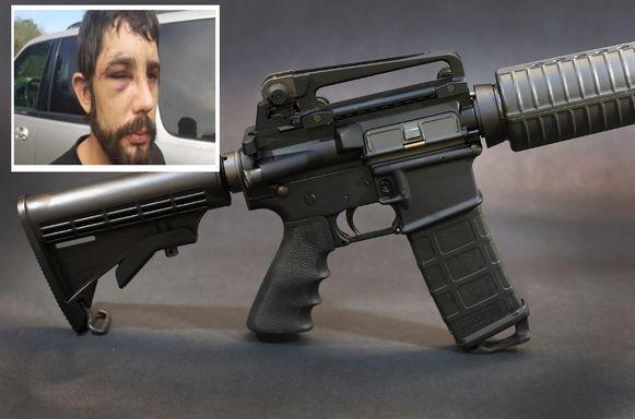 Een halfautomatisch AR-15-aanvalsgeweer. Inzet: De inbrekers sloegen bewoner Jeremy King met een pistool.