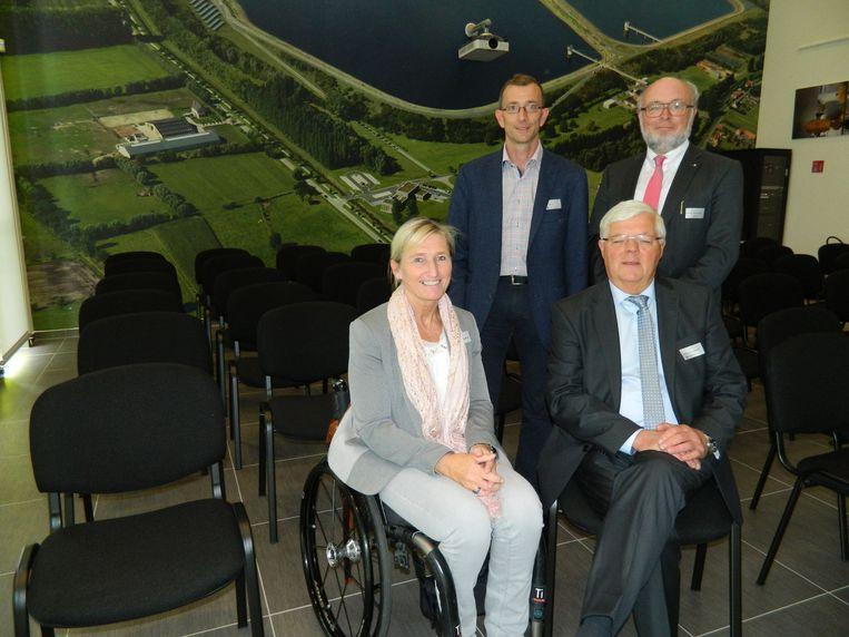 Kristel Gevaert, Herman Van Autgaerden, Boudewijn Van den Steene en Kor Van Hoof in het nieuwe bezoekerscentrum, voor de gigantische luchtfoto van 45 vierkante meter.