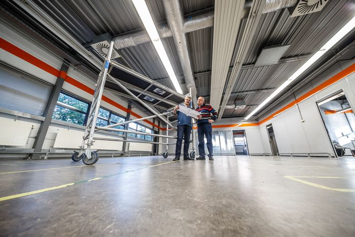 Een jaar geleden stonden de bestuursleden Hans Knook en Bas Hollemans nog in een leeg postkantoor met de tekeningen van de nieuwe studio.