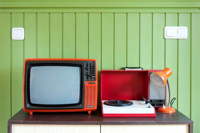 De zwart-wit televisie geeft voorlopig nog sneeuwbeeld, maar gelukkig kunnen er plaatjes gedraaid worden op de pick-up.