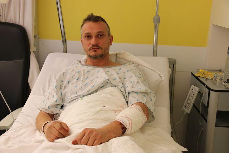 Kris werd aangevallen door de twee tieners die hij vorige week liet buitenzetten in de sporthal.