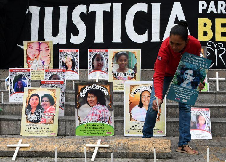 Kaarsen worden aangestoken bij de herdenking in Tegucigalpa van de moord op activiste Berta Caceres and andere vrouwen in Honduras.  Beeld AFP