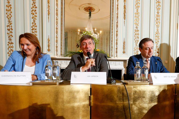 De nieuwe Vlaamse premier Jan Jambon (midden) tijdens de presentatie van het regeerakkoord.  Beeld AFP